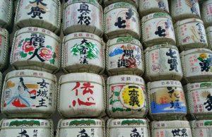 Garrafas de sake con los emblemas de las cofradías productoras