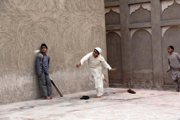 Ninos Jugando Al Cricket En La Zona Antigua De Dubai Meet In